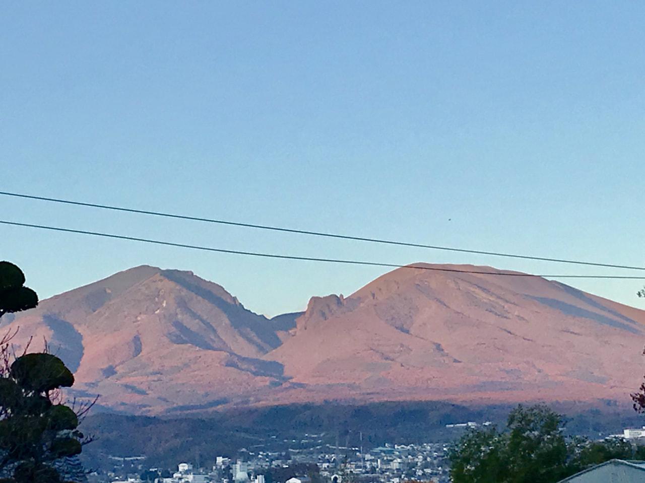色鮮やかな山々